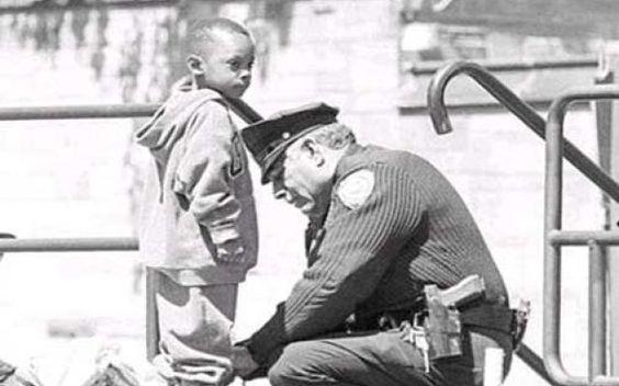 Storia di una fotografia: il bambino che chiese aiuto a un poliziotto