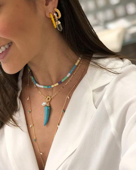 Mix semijoias de colares da coleção Colors da Authentical. Colares trend com pingente de dente e chokers coloridas.