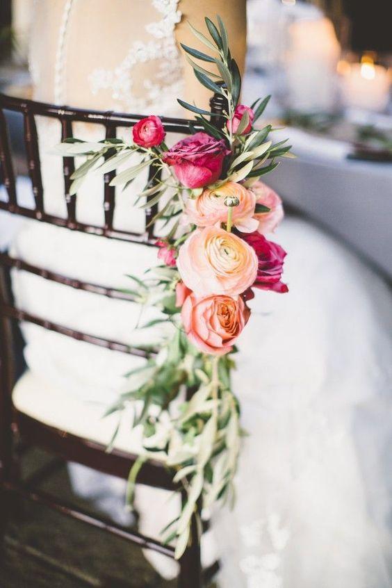 ¿Lazos, telas, flores? La decoración de las sillas en tu boda debe ser tan cuidada como la de las mesas. No importa cuál sea el estilo de t...