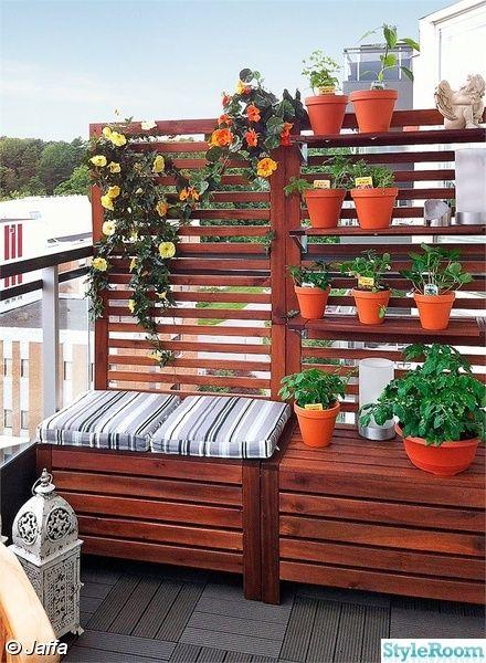 (Praktisk løsning, der både giver siddepladser og skærmer mod naboerne) sunny deck benches & storage!