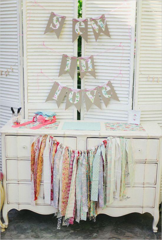 Sew in love guest book quilt table | quadradinhos de pano para os convidados escrever mensagens para confecção futura de uma colcha para o casal.
