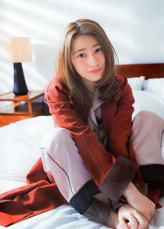 ベッドに座る桜井玲香のかわいい画像