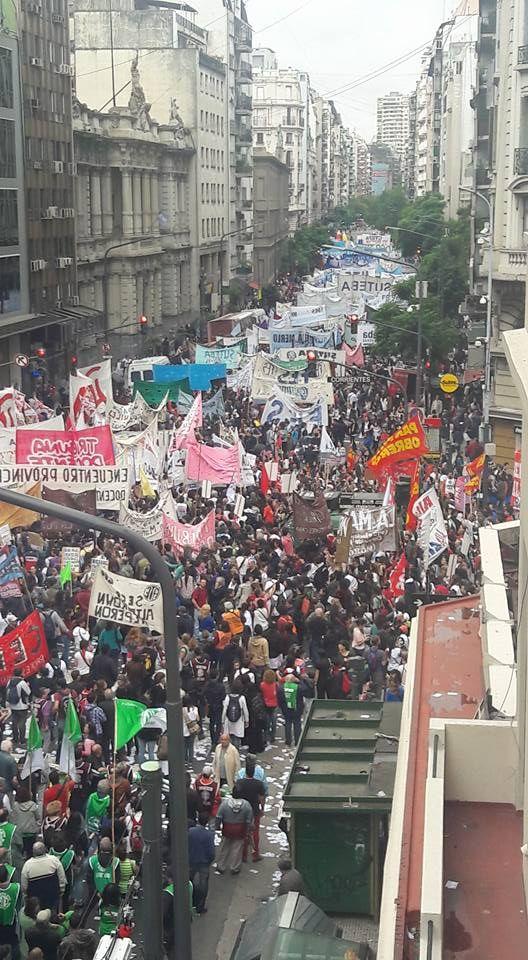 Ah, por cierto, a nadie le pareció importante esta foto. Es de ayer, son docentes. ES Argentina, es tu país.