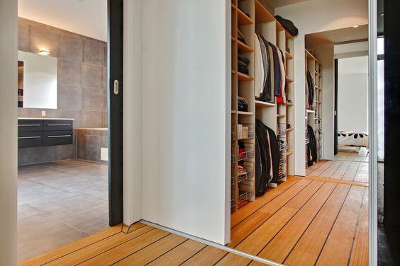 Walk in closet med direkte adgang til badeværelse og soveværelse ...