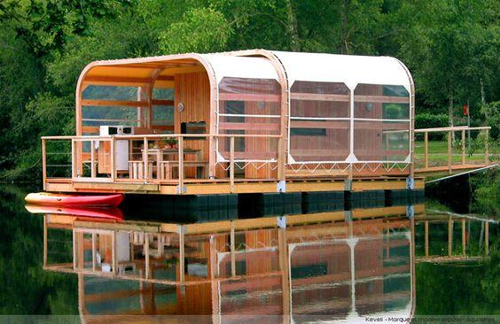Kevell est un des modèles de maison flottante écologique Aquashell. Structure Bois et Aluminium, des flotteurs en polyéthylène HD. Entièrement recyclable !