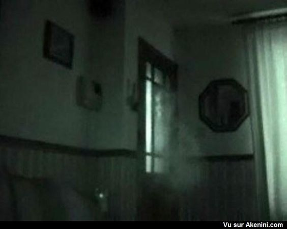 Un fantôme devant la porte - A ghost in front of the door