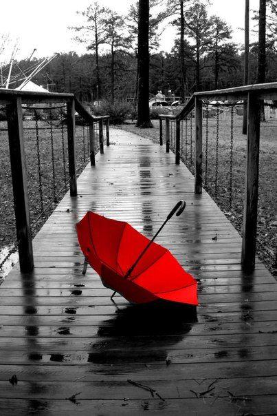 雨と傘のモノクロ・白黒写真の壁紙