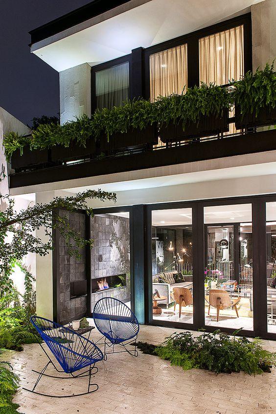 Desde el exterior se aprecia el gran interiorismo - Puertas para casa exterior ...