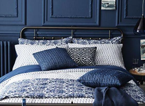 Osboiseries pintados de azul dão elegância ao quarto (Foto: Reprodução/Pinterest)