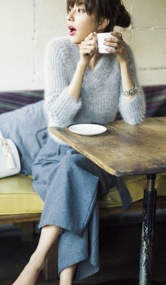 マグカップを持つ愛甲千笑美