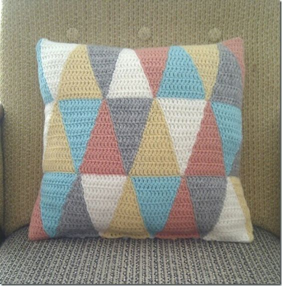 Crochet triangle cushion cover - free pattern and tutorial ...