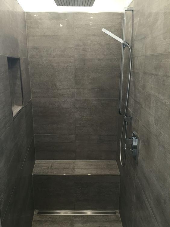 Begehbare Dusche, graue Fliesen in Betonoptik, geflieste Sitzbank - groe bodenfliesen