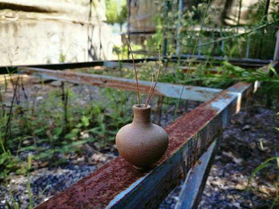 a mini mini brown vase - about 2cm diameters