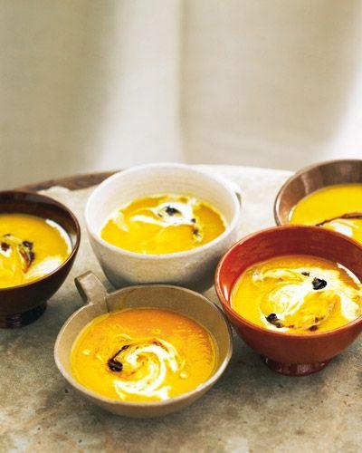 Kürbissuppe mit Ingwer, Holunder und Preiselbeeren