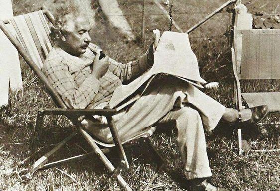 over lezers ,boeken ,letters en cijfers Einstein in Den Haan
