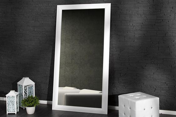 """Dieser Spiegel """"Espejo"""" lässt sich praktisch überall aufhängen. Die saubere, handwerkliche Arbeit des Rahmens in mattem Weiß machen diesen Spiegel zu einem Schmuckstück in Ihrer Wohnung, aber auch im Laden, Restaurant oder Hotel."""