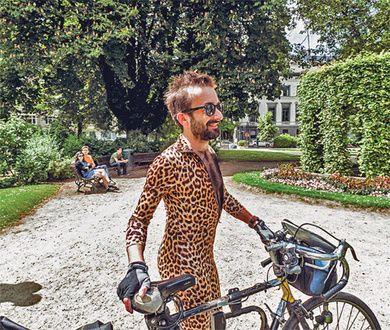 DO - Il n'existe qu'un seul moyen de s'en tirer lorsqu'on porte une combinaison moulante avec un imprimé léopard à vélo : il faut que votre corps soit naturellement doublé en vraie fourrure. | VICE