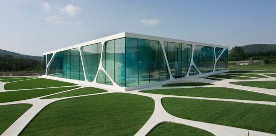 O Leonardo Glass Cube é um prédio em vidro da Alemanha, que integra arquitetura, design de interiores e paisagismo de forma totalmente harmônica.