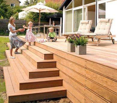 Indbygget plantekumme i terrassen det indbyggede japanske træ var ...