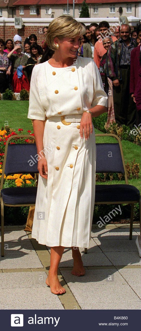 Download this stock image: Princess Diana visits Hindu Temple in Neasden June 1997 - B4K860 from Alamy's library of millions of high resolution stock photos, illustrations and vectors.
