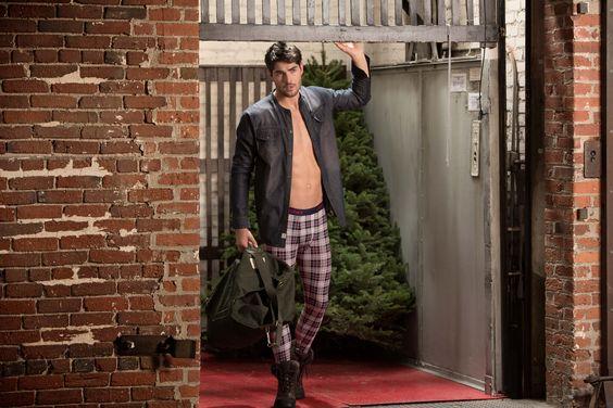 Ein etwas gewagter Look für die Straße, dabei sind Long Johns mittlerweile nicht nur ein notwendiges Übel an kalten Tagen, sondern vielmehr ein cooles Fashion-Statement für Männer von heute.  Die Designs von Jockey sind fashionable und up to date - überzeugt euch selbst auf www.jockey.de  Presseinformationen und Samples unter s.burghardt@sprechblase.eu