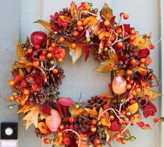 couronne de porte en feuilles automnales et fruits