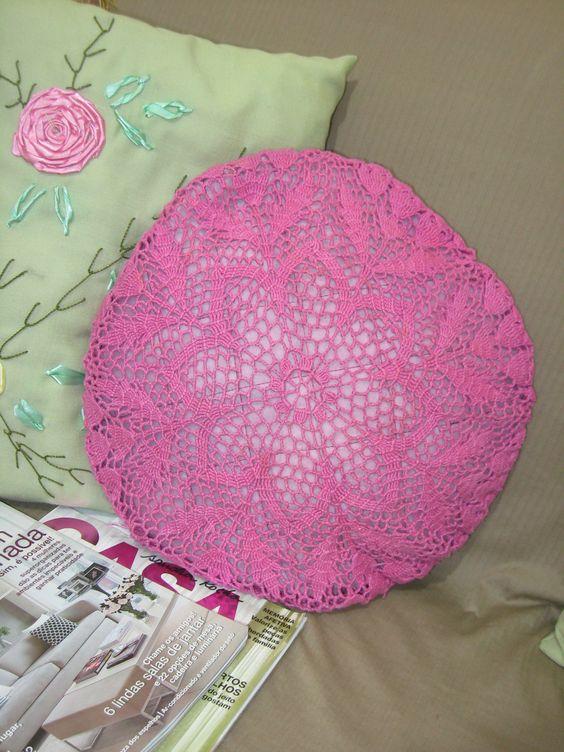 Uma almofada de crochê para alegrar o ambiente.
