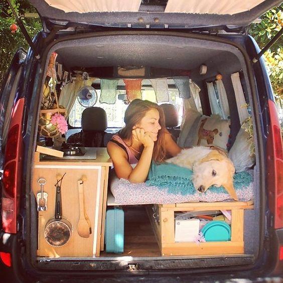 La voyageuse italienne Marina Piro a transformé un un vieux kangoo en camping car pour pouvoir voyager avec son chien Odie.