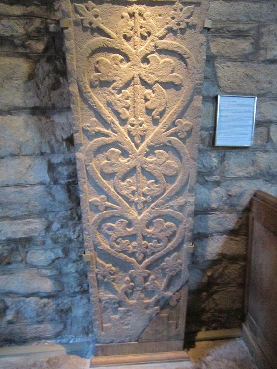 Escultura del siglo XI del Árbol de la vida en una antigua iglesia sueca
