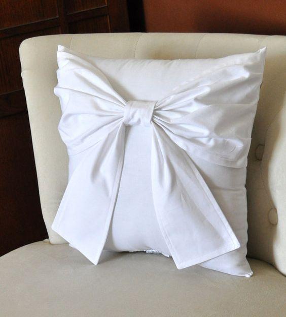Almohadón blanco arco grande acento almohada 14 x 14 por bedbuggs, $34.00