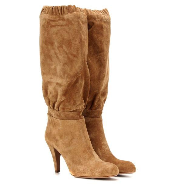 Chloé - Stiefel Lena aus Veloursleder - Retroeskes Flair bleibt bei den Designs von Chloé nicht aus. Die kniehohen Lena Stiefel aus karamellbraunem Veloursleder sind mit einer klassischen, runden Kappe und einem Stiletto-Absatz versehen. Eine extravagante Note erhält das Modell durch den lockeren Schaft, der von Raffungen und einem elastischen Bündchen abgerundet wird. Kombinieren Sie das Paar mit einem Midirock, um sich den Charme der 80s zu eigen zu machen. seen @ www.mytheresa.com