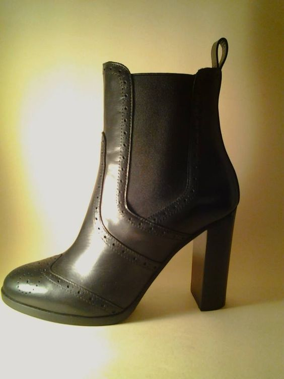 Amatissimi dai #Beatles, scarpe icona della Mod generation (anche se la loro nascita risale addirittura al 1837 per opera del calzolaio della regina Vittoria), i Chelsea Boots sono tornati alla ribalta.   Ed ecco che gli stivaletti alla caviglia con gli elastici laterali ritornano a essere protagonisti di stagione a tutti gli effetti. Merito del loro stile che li rende perfetti e impeccabili per i look da giorno, oltre che comodissimi.
