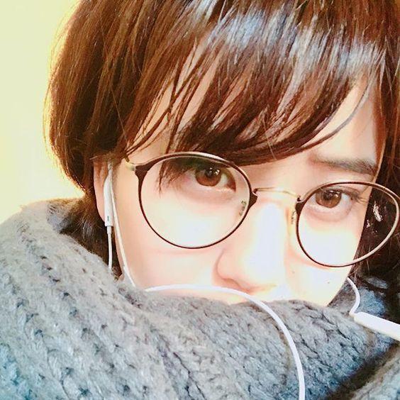 眼鏡姿の山崎紘菜