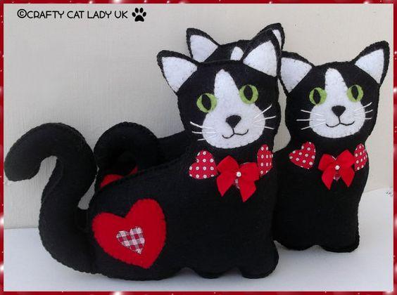 Gato blanco y negro con corazones. Hecho a por CraftyCatLadyUK