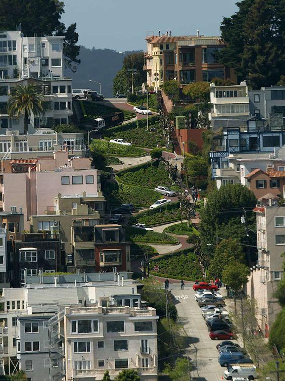 """Als hätte die prickelnde Luft des Pazifiks auch die Straßenbauer berauscht: Die Lombard Street in San Francisco dürfte mehr Kurven haben als Gullys. Angetrunkene Fahrer werden hier vollends betrunken. Wer genau hinsieht, erkennt übrigens Clint Eastwood aka """"Dirty Harry"""" in einem der Autos..."""
