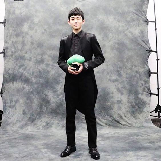 黒の衣装でビシッと決める八代目市川染五郎のかっこいい画像
