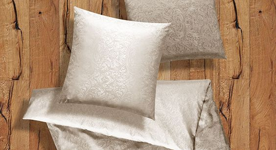 Hochwertige Seidenbettwäsche in bester Qualität. |Betten.de #bettwäsche #mediterran #seide #creme #schalfzimmer http://www.betten.de/seiden-bettwaesche-champagner-ornamento.html