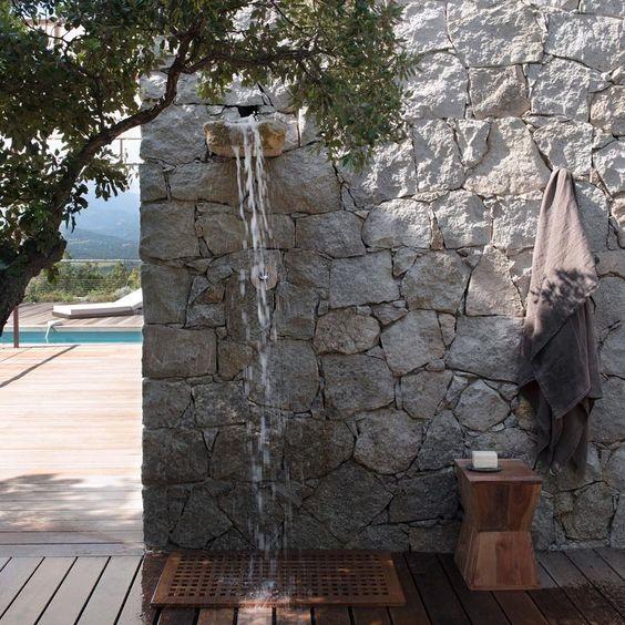 Une douche extérieure comme une cascade - Corinne Vezzoni, maison en Corse: