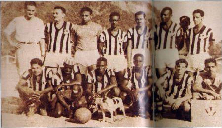 fabrica.garrincha - Agachado, à esquerda, Garrincha integrando o time da fábrica. Disponível em: http://textileindustry.ning.com/forum/topics/garrincha-o-idolo-do-futebol-na-industria-textil
