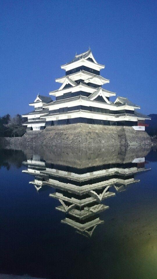 冬の松本城 lightup お堀にもうひとつの松本城