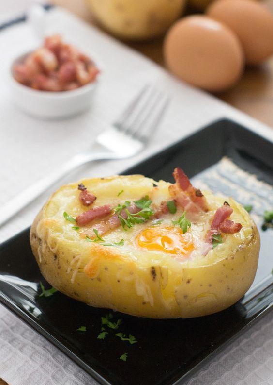 Pommes de terre au four farcie avec des oeufs et du bacon