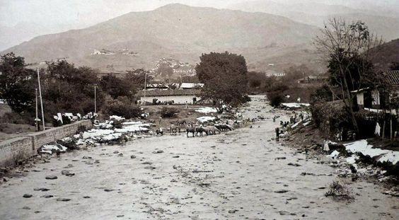 Rio Cali - 1920. Vista desde el Puente Ortiz hacia el Oeste, hacia las montañas. El muro de la zquierda todavia no habia sido retirado para darle paso a la futura Avenida Colombia, frente al actual edificio de Coltabaco.