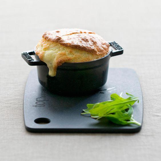 Descubre como preparar paso a paso la receta de Soufflé de queso de cabra. Te contamos los trucos para que triunfes en la cocina con Entrantes para chuparse los dedos