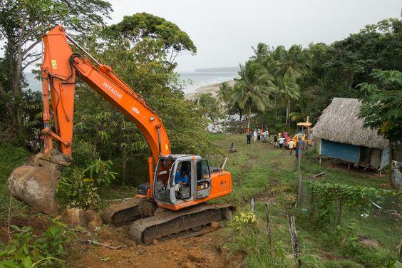 Las máquinas haciendo caminos nuevos. Dejamos abajo la playa y pasamos al lado de esa casa. Desde allí nos adentraríamos en la selva.