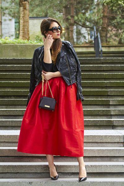 Saia vermelha clássica + jaqueta de couro. A jaqueta deixa a produção mais moderna