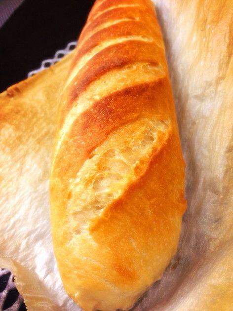 今日の夕食にはフランスパンをって日は、自宅で簡単焼き立てパンいかがでしょう♡ 外側はパリッと中はもっちりとした食感です♪