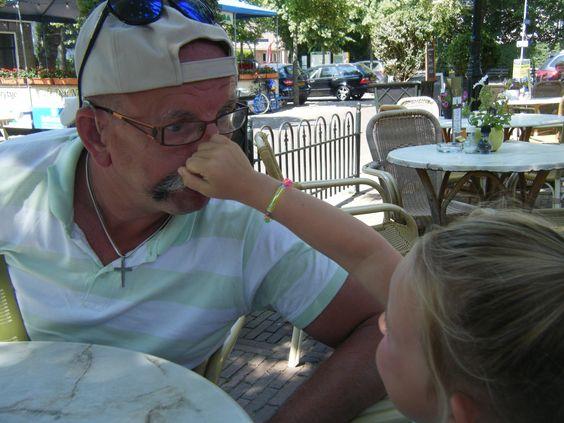 Maandag 15 juli zijn we naar Oudemirdum geweest en heeft Nikkita bij de VVV een tas opgepimpt, nu heeft ze het ff druk om Opi zijn neus te pakken...