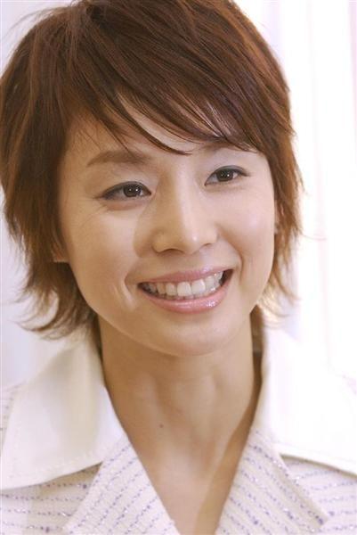 明るい髪色のショートヘアーの石田ゆり子