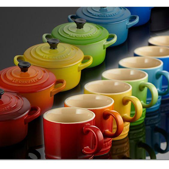 Canecas e panelinhas com tampa ( mini cocottes) em cores fortes e vibrantes para entradinhas ou porções individuais. Podem ir ao forno convencional ou elétrico, da francesa Le Creuset.
