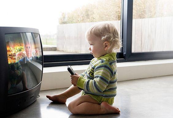 Çocuğun fiziksel ve duyusal gelişimi için 0-6 yaş arası dönem oldukça önemlidir. Televizyonun çocuklara zararları nelerdir?